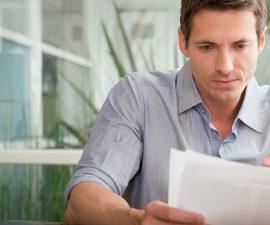 Mann mit Dokument in der Hand