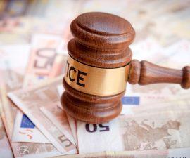 Euro Scheine und Justitzhammer