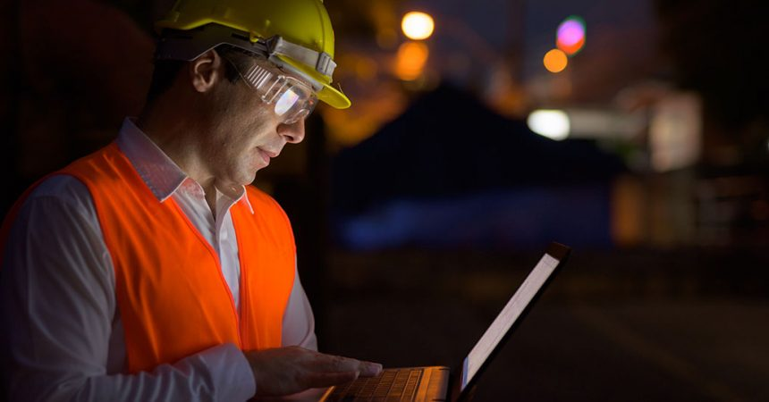 nachtarbeit - Bauarbeiter, Bauleiter vor Laptop bei Nacht.