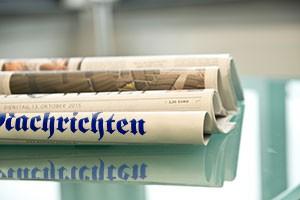 Zeitungen auf Tisch