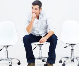 Mann sitzt auf Stuhl